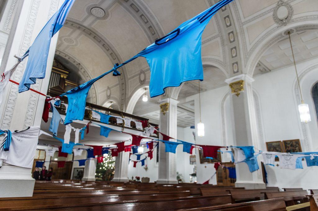 Werner-Zimmer-Friedenskette - Segnung der Trikots in der Kirche St. Sebastian in Eppelborn